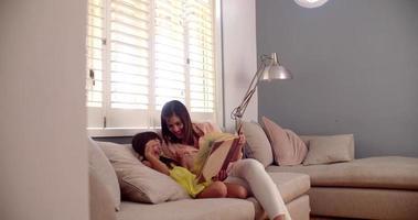 madre e hija leyendo un libro de cuentos juntas