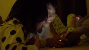 asiatisches Kind, das Spiel auf Handy spielt video