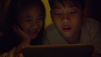 criança asiática jogando jogo no celular