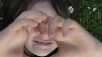 4k riprese di un bambino carino in posa e sorride alla macchina fotografica