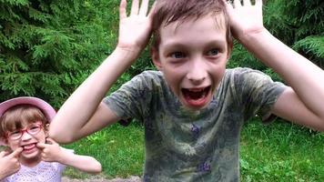 la manifestazione delle emozioni dei bambini. ragazzo adolescente e ragazza bambino divertirsi. video