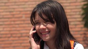 bambino femminile che parla sul cellulare
