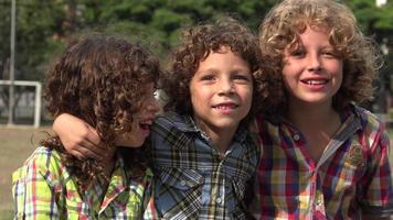 irmãos sorrindo e felizes