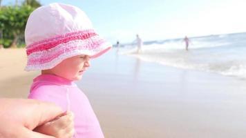 jolie fille blonde jouant dans l'océan