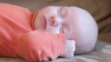 Niño recién nacido retorciéndose en el sofá