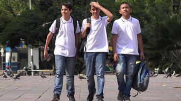 adolescents rentrant de l'école à la maison video
