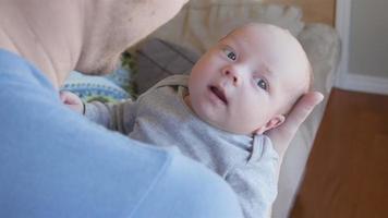 lindo menino recém-nascido video