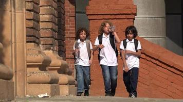 niños de la escuela bebiendo agua embotellada