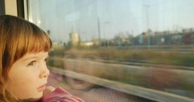 4k: menina curiosa em uma viagem de trem