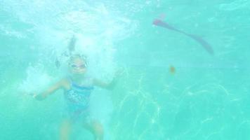 junges spanisches Mädchen springt in einen Pool