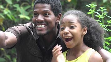 sorpreso uomo e ragazza africani