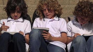 männliche Schulkinder schreiben