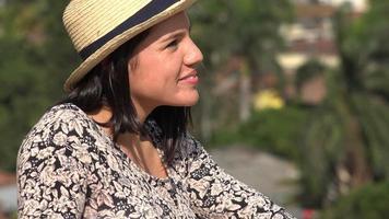 felice giovane donna sorridente