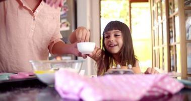 moeder en dochter binden met het bakken van cake video