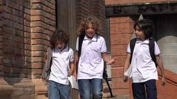 niños de escuela primaria hablando video