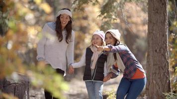 pais femininos caminhando em uma floresta com sua filha video