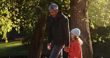 meisje met papa buiten wandelen