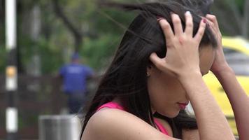 gelangweilter weiblicher Teenager, der ihre Haare repariert