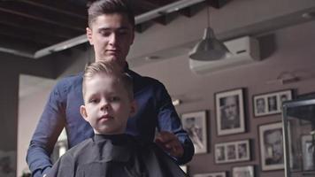 simpatico piccolo cliente nel negozio di barbiere