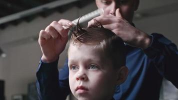 spazzolare i capelli del bambino prima del taglio di capelli video