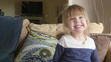 linda menina sorrindo e fazendo caretas