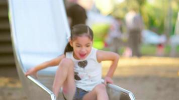 niña baja por un tobogán y sonríe video