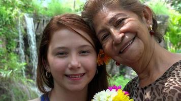 lachend meisje met grootmoeder