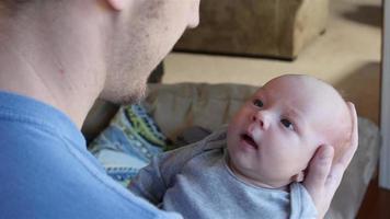lindo menino recém-nascido olhando para o pai video