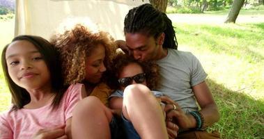 junge moderne Familie, die faulen Familientag in der Sonne genießt.