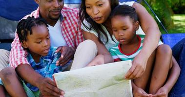 família procurando um mapa