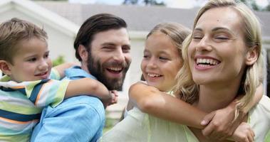 famiglia felice che gode insieme