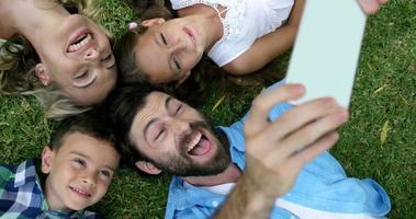 família feliz tirando uma selfie