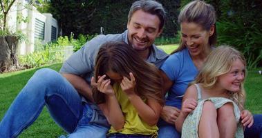 familia feliz en el jardín