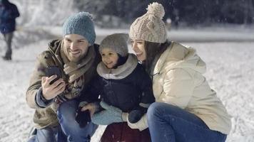 selfies de família no rinque de patinação video