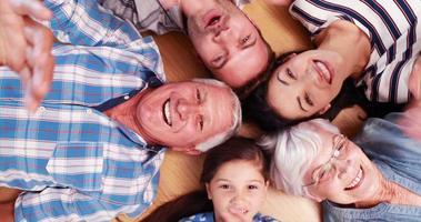 familia extendida en círculo video