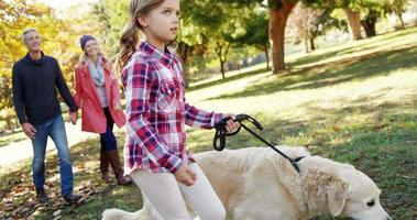 famiglia che cammina con il cane all'aperto