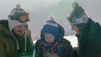 jeune famille en vacances d'hiver