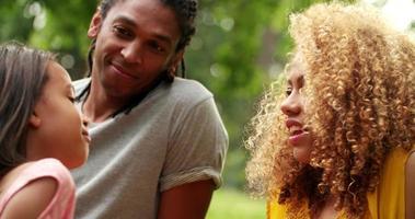 süße afroamerikanische Familie, die Qualitätszeit verbringt