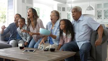 Großfamilie zu Hause Sport im Fernsehen schauen