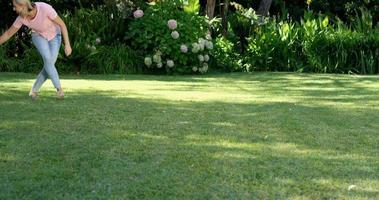 familia feliz está jugando con la carretilla en el jardín video