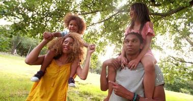 schöne afroamerikanische Familie, die lacht und dumme Gesichter macht
