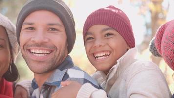 sonrientes rostros de familias afroamericanas de múltiples generaciones, pan de mano