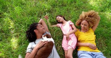 Draufsichtaufnahme der afroamerikanischen Familie, die auf ihren Rücken liegt
