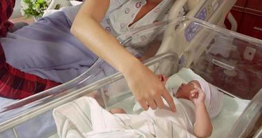 famiglia con neonato nel reparto di travaglio ospedaliero girato su r3d