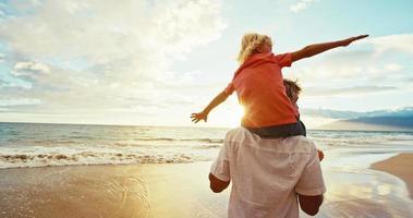 padre figlio divertirsi in spiaggia