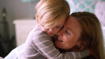 Tochter kuschelt sich an ihre Mutter und umarmt sie in Zeitlupe um den Hals video