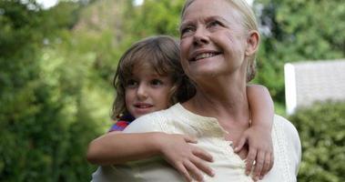 abuela y niño sonriendo