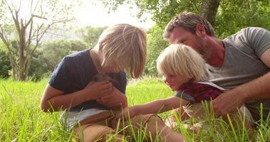 Vater und seine Jungs mit Hase im Park