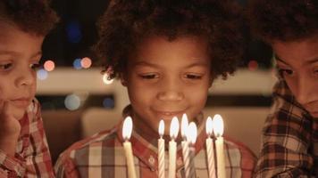 meninos pensativos perto do bolo de aniversário. video