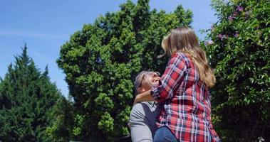 couple s'amusant dans le jardin video